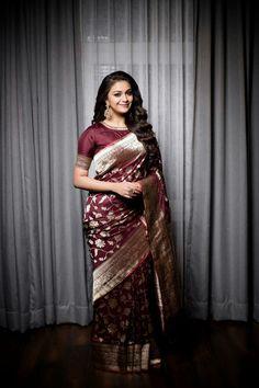 Keerthy Suresh in a beautiful banaras saree. Love the color of this saree! Her jewellery from (ofc! Styled by Shravya Varma. Kanjivaram Sarees, Silk Sarees, Saris, Organza Saree, Indian Dresses, Indian Outfits, Silk Saree Blouse Designs, Latest Blouse Designs, Blouse Patterns