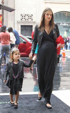 Alessandra Ambrosio http://elrincondelosdormilones.com/trucos-y-consejos-para-elegir-ropa-pre-mama/