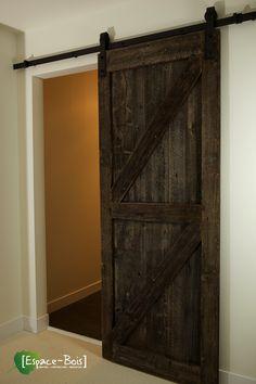 Porte coulissante en bois de grange avec le magnifique design en Z.