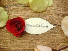 papierowa różyczka na winietce ślubnej