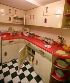 I wish I had these kitchen cabinets, love them! Vintage Decor, Retro Home Decor, Retro Vintage, 50s Style Kitchens, Retro Kitchens, Red And White Kitchen, Red Kitchen, English Rose Kitchen, Metal Kitchen Cabinets