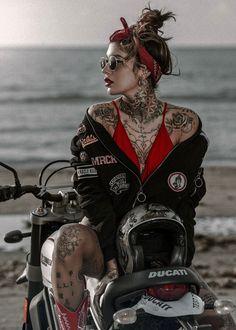 Giada and the Scrambler - Tattooed Girls - Motorrad Hot Tattoo Girls, Tattoed Girls, Inked Girls, Hot Tattoos, Girl Tattoos, Biker Photoshoot, Motard Sexy, Mode Pop, Motorbike Girl