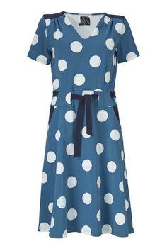 Denne Christa kjole fra WEIZ Copenhagen bliver uden tvivl din nye favorit! Den har et enkelt snit der bare sidder, og lomme og bælte i en kontrast farve.