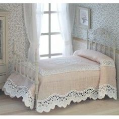 Colcha Rosa Tiny Furniture, Miniature Furniture, Dollhouse Furniture, Doll Beds, How To Make Bed, Bed Spreads, Bed Sheets, Bedding Sets, Bedroom Decor