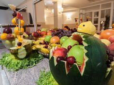 Decoración del buffet con todo tipo de frutas