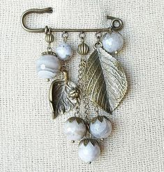 📌 beads and charm leaves pin brooch ideas Felt Brooch, Beaded Brooch, Brooch Pin, Fall Jewelry, Jewelry Crafts, Gemstone Jewelry, Beaded Jewelry, Jewellery, Safety Pin Jewelry