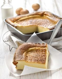 150 g Sucre 200 g Farine (+ 20 g pour le moule) 50 cl Lait 50 cl Crème 10 Oeuf 20 g Beurre Réalisation 1 Battez les œufs avec le sucre. Ajoutez la farine, puis le lait et la crème. Versez dans un moule beurré et fariné. 2 Enfournez 30 min à 180 °C (th. 6).