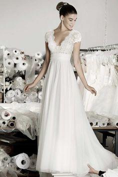 Die Cymbeline Brautkleider-Kollektionenen auf Deutschlands größter Brautkleider-Galerie - hier findet Braut die schönsten Hochzeitskleider der Saison.