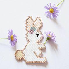 Petit lapin de pâques en broche. Diagramme et références disponibles sur le blog (lien en bio). #lapin #pâques #jenfiledesperlesetjassume #brickstitch #miyuki #perleaddict #perlesmiyuki