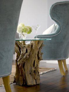 Mesa com tronco de árvore seca