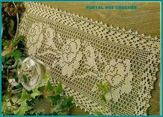 Caminhos para mesa em crochê de filé com motivos de rosas