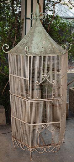 Cage à oiseaux Volière octogonale en fer forgé laqué circa 1950. Tall wrought iron birdcage.