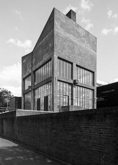 Clissold School (now Stoke Newington School) London, Stillman and Eastwick-Field Partnership (SEF), Photo: Simon Phipps British Architecture, Modern Architecture Design, London Architecture, Commercial Architecture, Space Architecture, Bauhaus, Modernisme, Brick Facade, Building Structure
