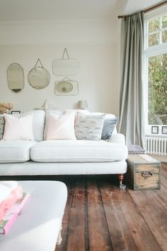 How Rebecca (rvk_loves) approached her living room and home renovation, retaining period features and updating decor with vintage and new fids House Color Schemes, House Colors, Laura Ashley Sofa, Sofa Shop, Country Chic, Country Living, Interior Design Tips, Love Seat, Diy Home Decor