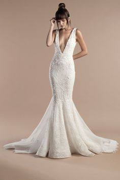 Tony Ward Bridal 2018 l Nina l Off white mermaid dress in lace and embroidered tulle, with deep V-neckline and a Chapel train.