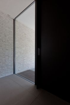 Image 15 of 21 from gallery of Courtyard House VW / Areal Architecten. Photograph by Cafeine © Thomas De Bruyne Windows Partition, Windows And Doors, Architecture Details, Interior Architecture, Brick Works, Mcm House, Casa Patio, House By The Sea, Courtyard House
