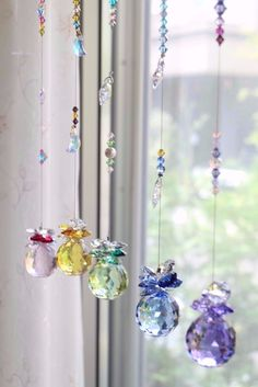 """<作品説明>""""サンク""""とはフランス語で""""5""""。5色のスワロフスキークリスタルをトップに、それぞれ個性が光るサンキャッチャーを作りました。こちらのページは5本セ... Hanging Crystals, Diy Crystals, Beauty And The Beast Bedroom, Diy Diwali Decorations, Diy Wind Chimes, Diy Craft Projects, Crafts, Beaded Curtains, Mosaic Diy"""