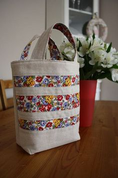 Leinwand Tote - Another! Patchwork Bags, Quilted Bag, Diy Bags Patterns, Potli Bags, Paper Flowers Craft, Boho Bags, Denim Bag, Fabric Bags, Clutch