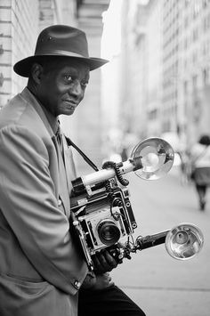 Around the corner I met the 72 year old photographer Louis Mendes. Since the 1970s he has been photographing people in public places with his 1959 Graflex Speed Graphic. Photo: Thorsten Overgaard, Leica M9 with Leica 50mm Summicron-M f/2.0 II.