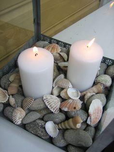 Kerzen,Kiesel und Muscheln
