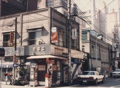 Tanigawa tobacco shop, Nihonbashi, Tokyo, 1987.  Perspective; background. Love this.