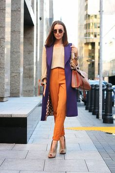 Ultra violet: 11 Looks com a cor eleita pela Pantone para dominar 2018. Colete alongado roxo, suéter nude, calça de alfaiataria laranja, sapato de salto nude