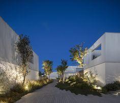 Image 41 of 65 from gallery of Caledonian Somosaguas / Studio - Marcio Kogan + Suzana Glogowski. Photograph by Fernando Guerra Landscape Lighting, Outdoor Lighting, Town House Plans, Studio Mk27, Garden Design, House Design, Roof Plan, Concrete Design, Landscape Architecture