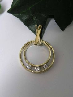 Souvenir jewelry to keep the memory alive - Have two wedding rings of, for example, your deceased parents processed into one. Modern Jewelry, Custom Jewelry, Gold Jewelry, Jewelry Necklaces, Wedding Ring Necklaces, Wedding Jewelry, Wedding Rings, Old Rings, Pandora Jewelry