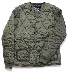 LAVENHAM(ラベンハム)にユナイテッドアローズが別注を依頼したアーミーキルトジャケットです。 ダイヤ型キルトでは無く、ミリタリーウェアのインナーに使われる波型のアーミーキルトを採用したモデルは、デザインも従来のLAVENHAMのジャケットとは異なる新鮮な表情が特徴です。