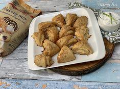 Bezlepkové cesnakovo-syrové trojhranky (videorecept) - recept | Varecha.sk French Toast, Breakfast, Food, Basket, Morning Coffee, Essen, Meals, Yemek, Eten