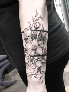 50 Chic et le bras Sexy Floral Tattoo Designs vous devez Sexy Tattoos, Body Art Tattoos, Hand Tattoos, Sleeve Tattoos, Floral Tattoo Design, Flower Tattoo Designs, Cuff Tattoo, Tattoo Ink, Wrist Band Tattoo