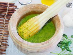 El mojo verde canario se elabora con cilantro y es perfecto para acompañar papas o aliñar pescados frescos.. Salsa Verde, Hummus, Pickles, Cucumber, Grilling, Food And Drink, Vegan, Cooking, Recipes