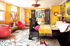 La recámara de visitas ostenta un espejo, un par de sillas Souffle de Kelly Wearstler, así como el tapete Tracery diseñado por ella para The Rug Company.   Galería de fotos 7 de 12   AD MX