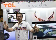 أحد ممثلى شركة TCL العالمية أثناء الحفل