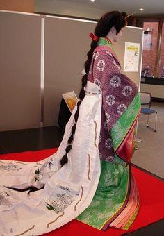 十二単、平安の世への誘い - JA8MEMのつれづれ日誌 A mannequin dressed in junihitoe.