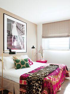 Dormitorio con colcha de colores