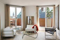 Bodenlange lichtdurchlässige Gardinen und große Fenster bei niedriger Zimmerdecke
