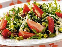 Przekąski słodkie i wytrawne, dietetyczne i te bezwstydnie kaloryczne. Śmiało korzystaj z smaków lata! Przedstawiamy 10 przepisów ze świeżymi owocami i warzywami - są idealne jako lunch za biurkiem