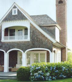 Bebel Gilberto - The Girl from Ipanema A fachada, as hortências e  os tons usados na decoração desta casa lembram a casa de Diane Keaton no filme Alguém tem que