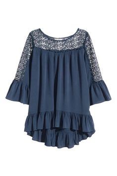 Blouse with lace details: Wide blouse in a crinkled weave with lace at the top and on the sleeves, a flounce at the hem and 3/4-length sleeves with a flounce at the cuffs. Slightly longer at the back.