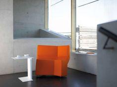 Fauteuil CHAOS, de Konstantin Grcic pour ClassiCon, ici avec une table d'appoint DIANA du même designer.  #chaos #diana #fauteuildesign #geometrie #betonbrut #konstantingrcic #classicon #dharma