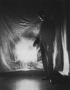 El Sr. Tesla y su maravillosa luz inalámbrica.