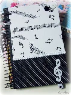 Karoles: caderneta Music Notebook, Diy Notebook, Notebook Covers, Journal Covers, Altered Composition Books, Fabric Book Covers, Scrapbook Cover, Lettering Tutorial, Music