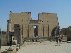 EGIPT: świątynia Horusa z Edfu - pylony