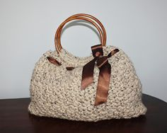 This is so pretty!! Free pattern on Speckled Frog Crochet's Blog: Crochet Handbag/Purse