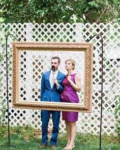 Uma das coisas mais divertidas em um casamento são as fotos, que na verdade são as únicas lembranças que temos. Aposte em um photo booth para que seus convidados se soltem e tirem fotos super divertidas!