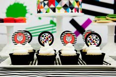 festa moderninha com elementos geométricos tema raposa para festa infantil com cupcakes decorados com tags temáticos.
