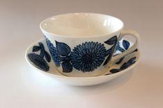 グスタフスベリ ブルーアスター / 北欧食器 1960年に発表された ASTERシリーズ。 大きなエゾ菊が鮮やかな青色で描かれています。印象的な美しいパターンはテーブルの上でも大きな存在感を放ちます。