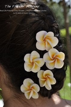 Now why didn't I think about putting my flowers on hair clip & bobby pins!?! :-D     With the Flower Academy tutorial you can own any kind of flower […]