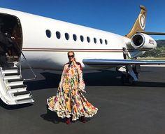 Depois do Bafta outra premiação agita este domingo (12.02) - mas desta vez focada no universo musical e armada em Los Angeles na Califórnia. É o @grammysawardsig que promete reunir as maiores estrelas da música direto do Staples Center. A bordo de look @chloe a cantora @celinedion está a caminho do red carpet do evento como mostra o #regram da foto que ela postou há pouco no Instagram. Acompanhe toda a movimentação do #tapetevermelho em tempo real em vogue.globo.com #grammys #regram  via…